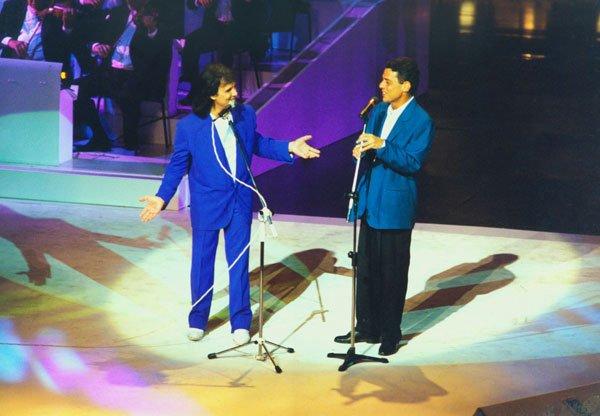 Roberto Carlos e Chico Buarque em uma apresentação no Rio de Janeiro, em 1993