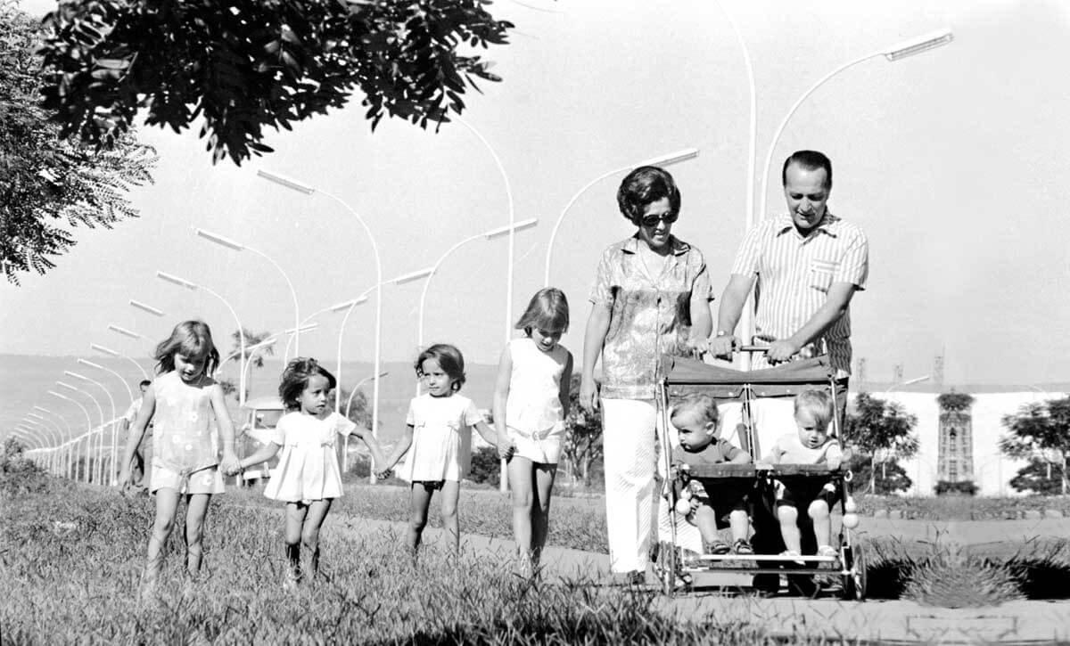 Da esquerda para a direita: Eliana Torelly, duas gêmeas filhas de um fotógrafo, Eloysa Torelly, Maria da Glória Torelly e Eloy Torelly. No carrinho, Rodrigo e Ana Beatriz Torelly