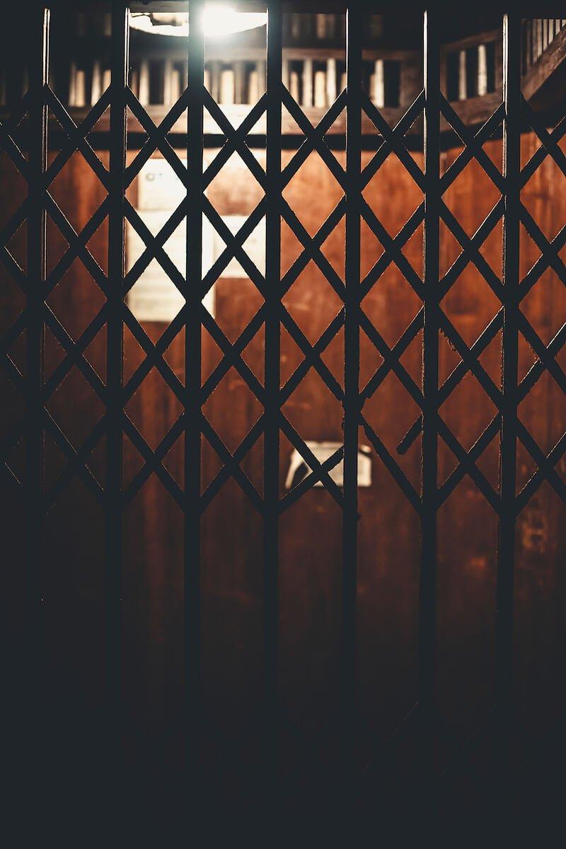 O elevador revestido de madeira tem porta sanfonada e abre para dentro da casa