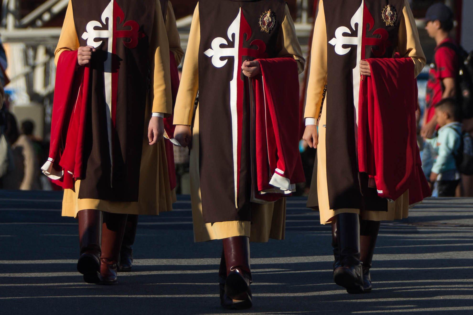Todos os acessórios usados pelos religiosos, bem como as vestimentas, possuem significado