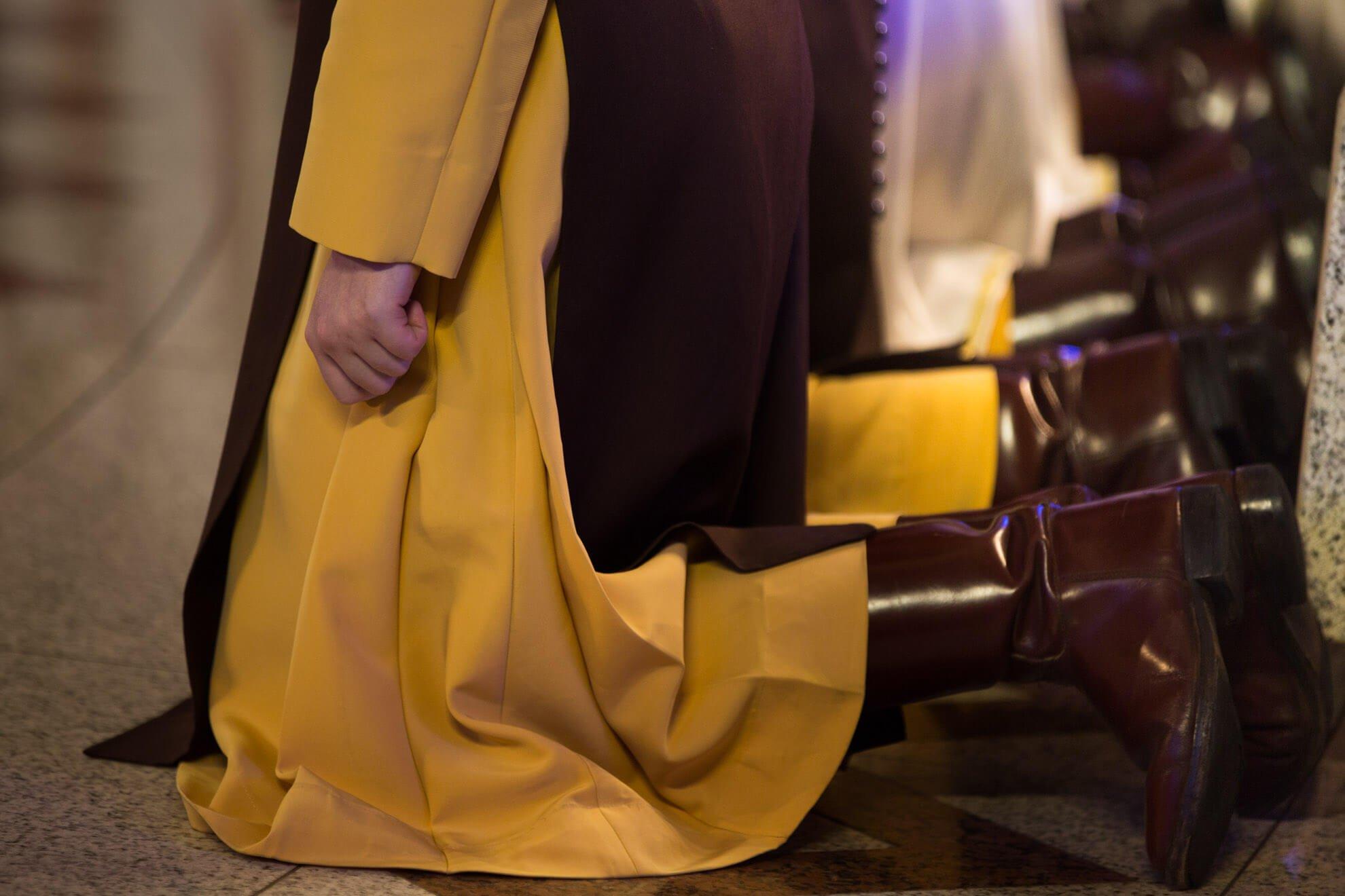 As botas de couro e cano alto indicam a disposição para andar por toda parte levando a mensagem do Evangelho