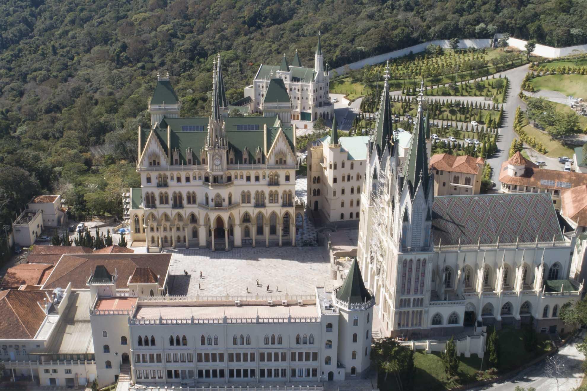 No Brasil, os Arautos do Evangelho construíram cinco castelos para abrigar estudantes