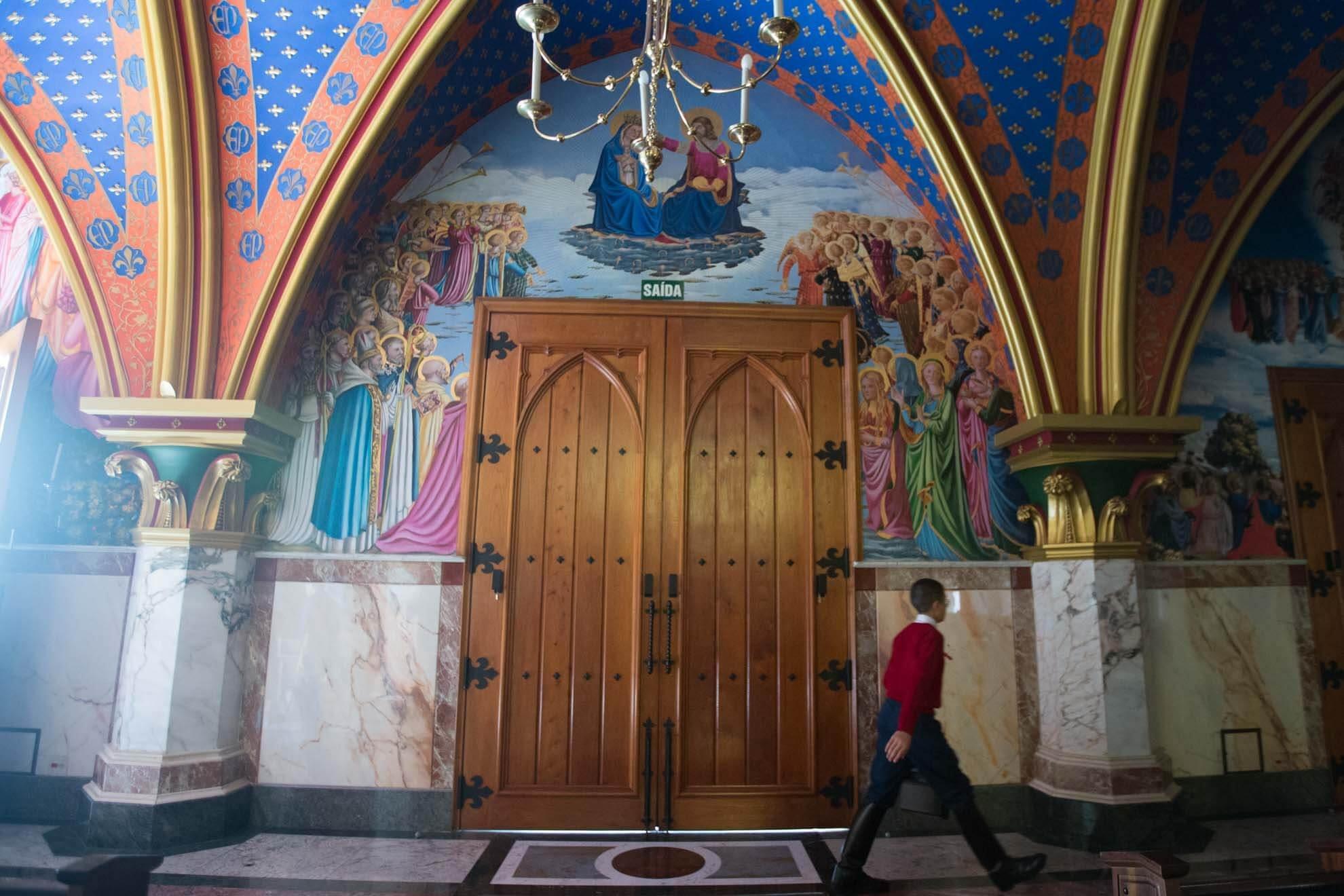 As paredes, os vitrais e o teto da construção são decorados com figuras religiosas