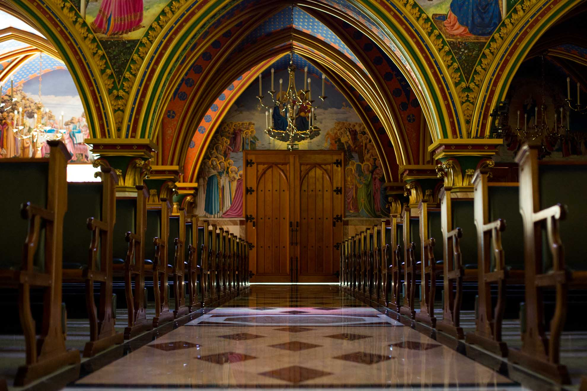 A decoração do prédio é nas cores azul, vermelho e dourado