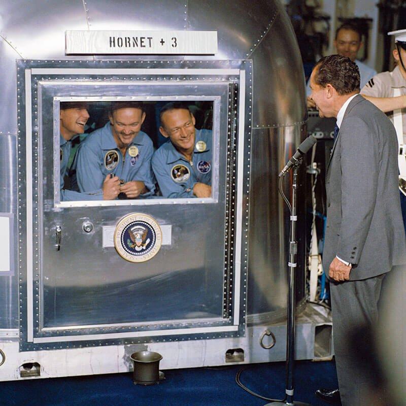 "Neil Armstrong, Michael Collins e Edwin ""Buzz"" Aldrin, em quarentena, conversam com Richard Nixon"