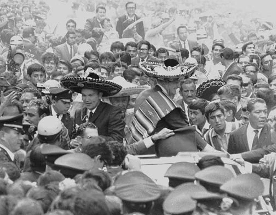 Collins e Armstrong vestem sombreiros no México