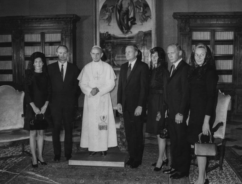 Collins, Armstrong, Aldrin e esposas encontram o papa Paulo VI