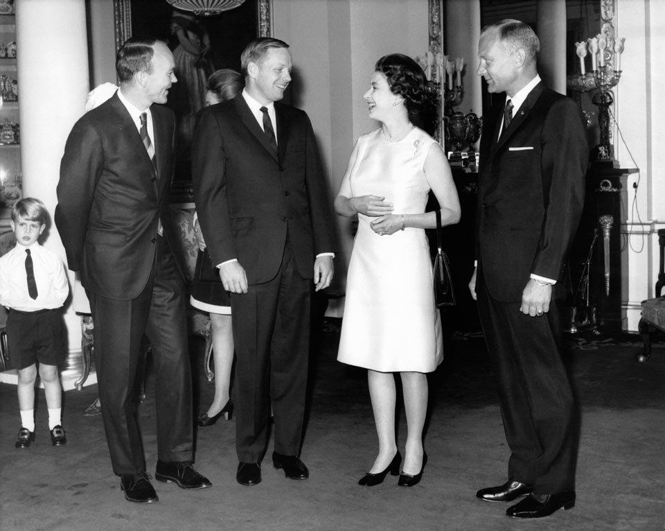 Collins, Armstrong e Aldrin com a rainha Elizabeth II, na Inglaterra
