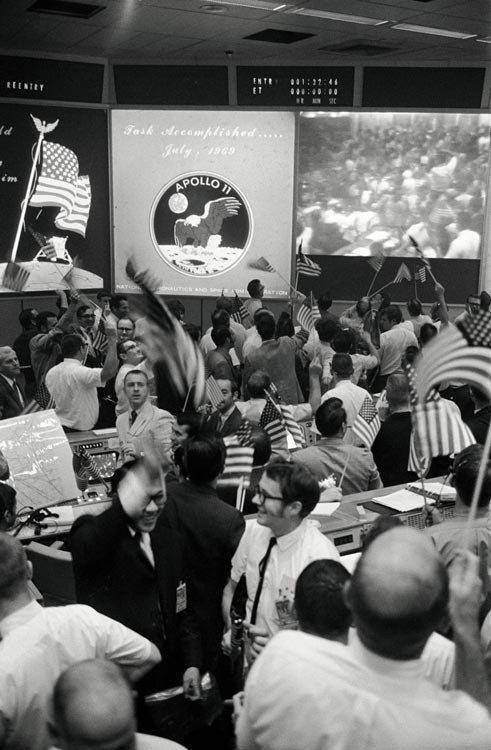 Equipe Terra da missão Apollo 11 comemora pouso do módulo lunar
