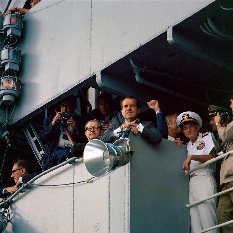 Richard Nixon a bordo do porta-aviões USS Hornet durante retorno dos astronautas à Terra