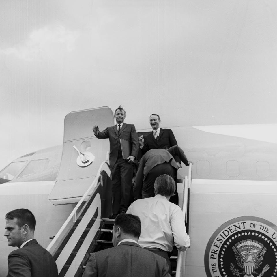 Neil Armstrong e Michael Collins desembarcam em Brasília