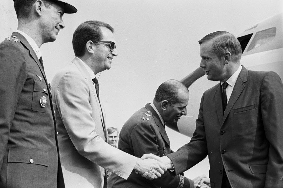 Neil Armstrong sendo cumprimentado ao desembarcar em Brasília
