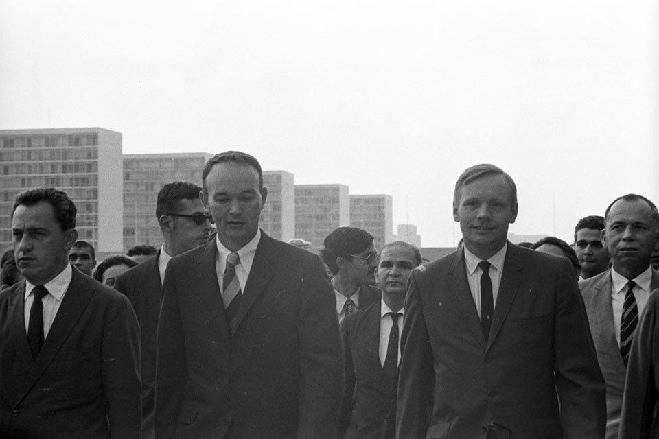 Collins e Armstrong com os ministérios ao fundo