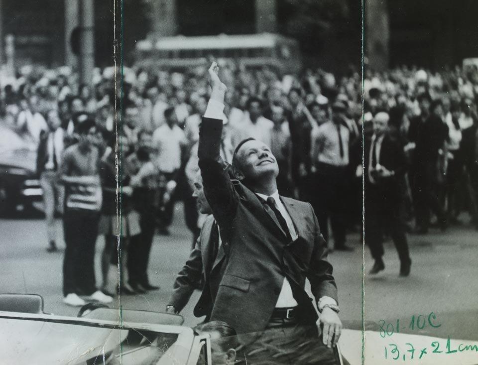 Armstrong acena durante passeio de carro aberto no Rio de Janeiro