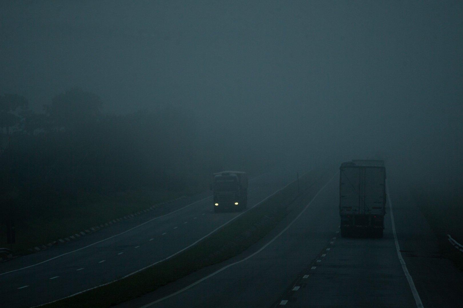 Os caminhoneiros pegam a marmita e vão para a boleia do caminhão fazer a refeição sozinhos