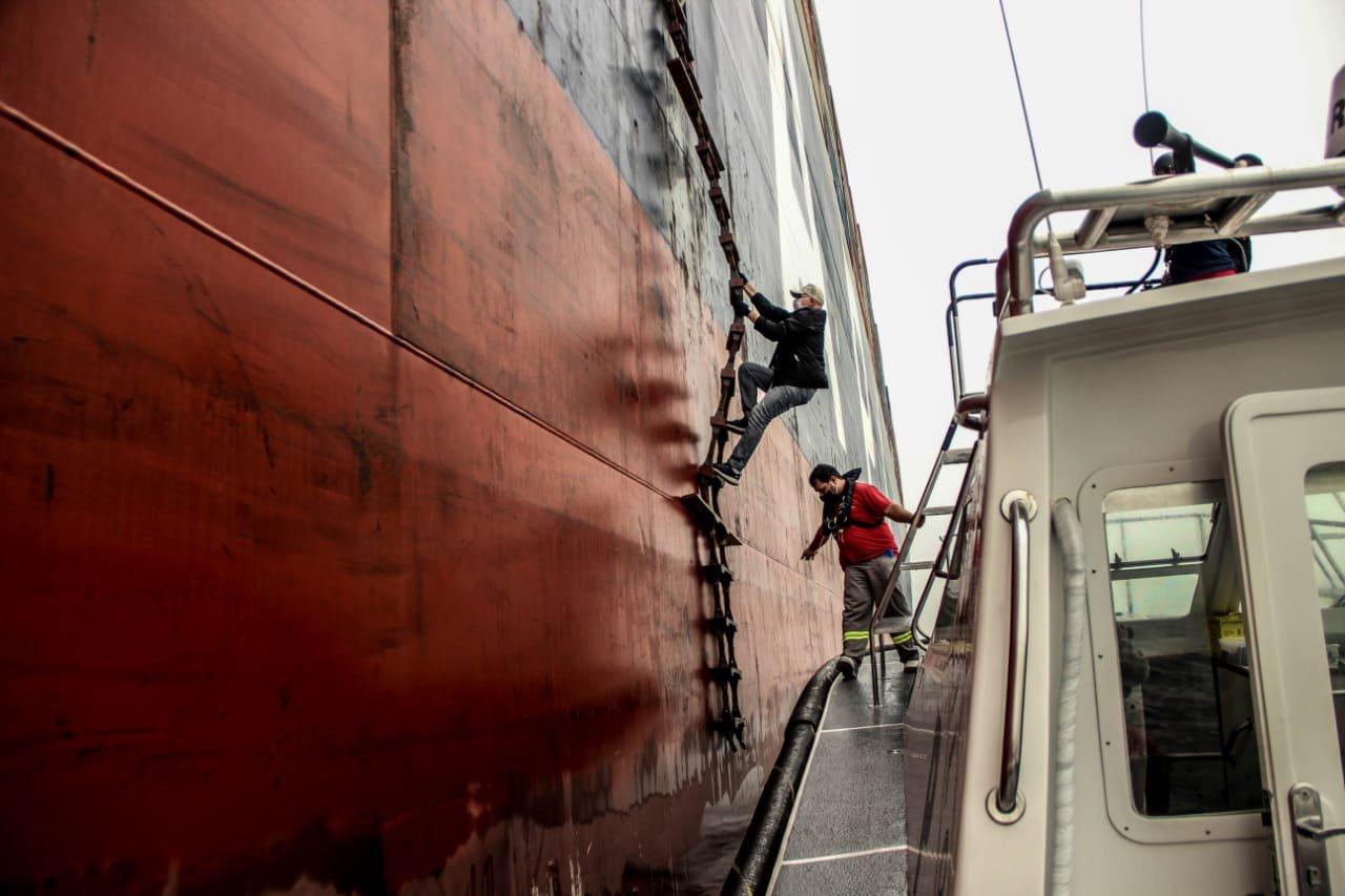 Os práticos da marinha mercante são as primeiras pessoas a ter contato com embarcações que chegam de longe