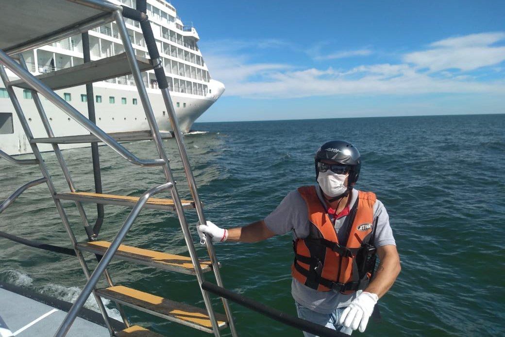 Quando entram nos veículos, eles interagem com tripulantes que estão confinados há meses no mar