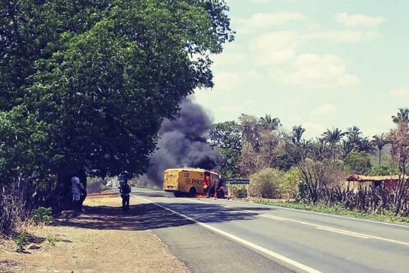 Um carro-forte da Prosegur capotou após ser fuzilado por bandidos na BR-230, perto de São João da Varjota (PI)