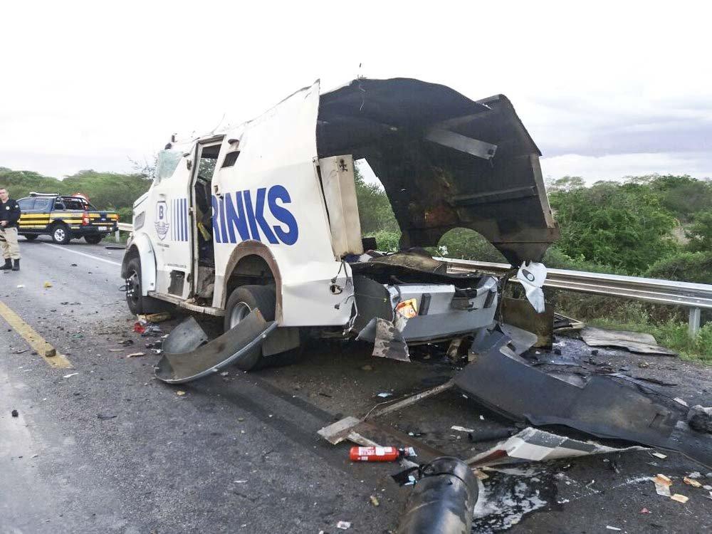Um carro-forte da empresa Brink's foi atacado no momento em que passava por um quebra-molas na BR-423, em Inhapi (AL)