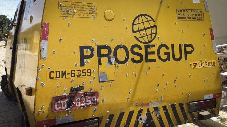 Apesar de o blindado ter sido cravado de bala, na RN-118, em Ipueira (RN), nenhum dos trabalhadores se feriu no confronto