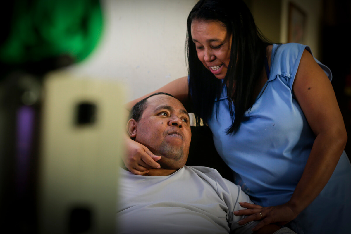 Clayton ficou tetraplégico após o traumático ataque. Hoje, depende da companheira para tomar banho e comer