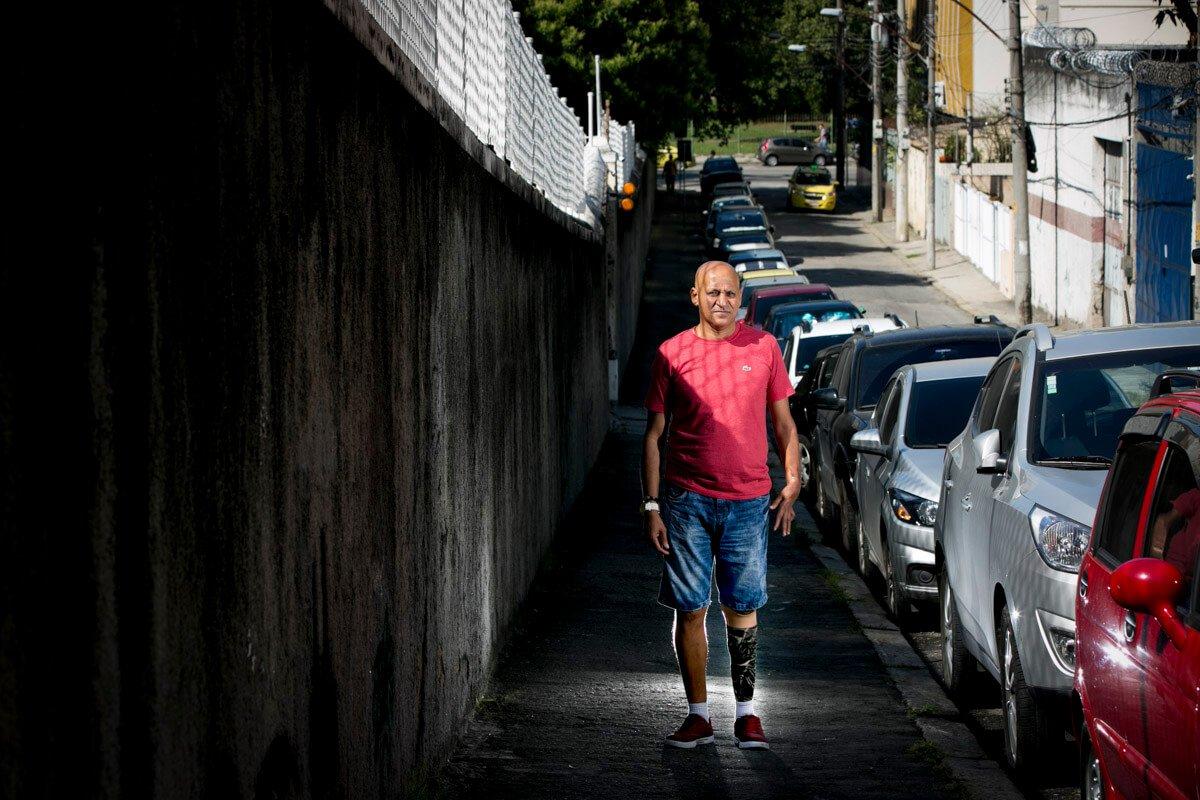Dois tiros de metralhadora .50 causaram tamanho estrago na perna de Maurício Fernandes que não foi possível fazer a reconstrução dos ligamentos