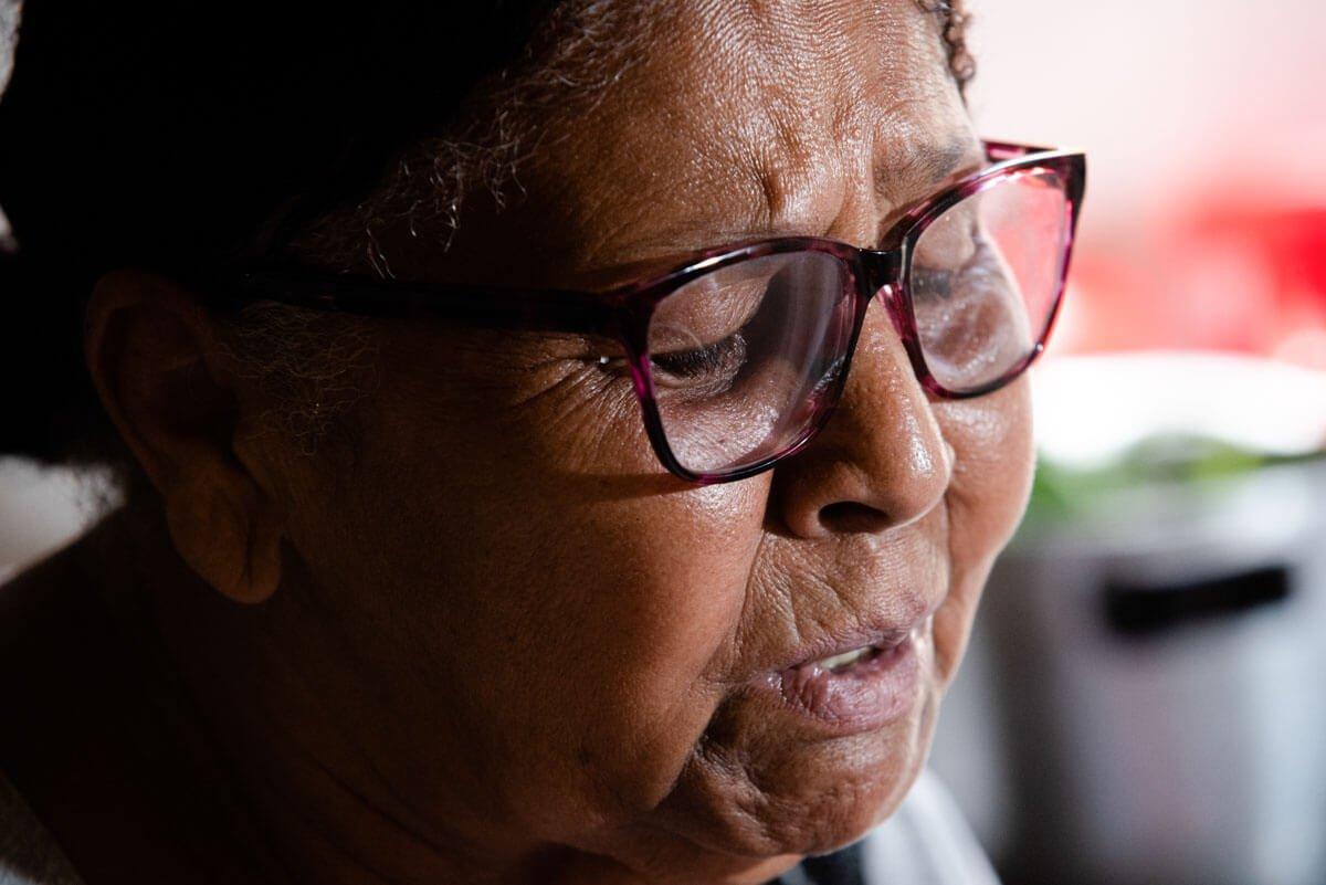 Dona Enoi é a única pessoa que chora a vida perdida de Cristiane