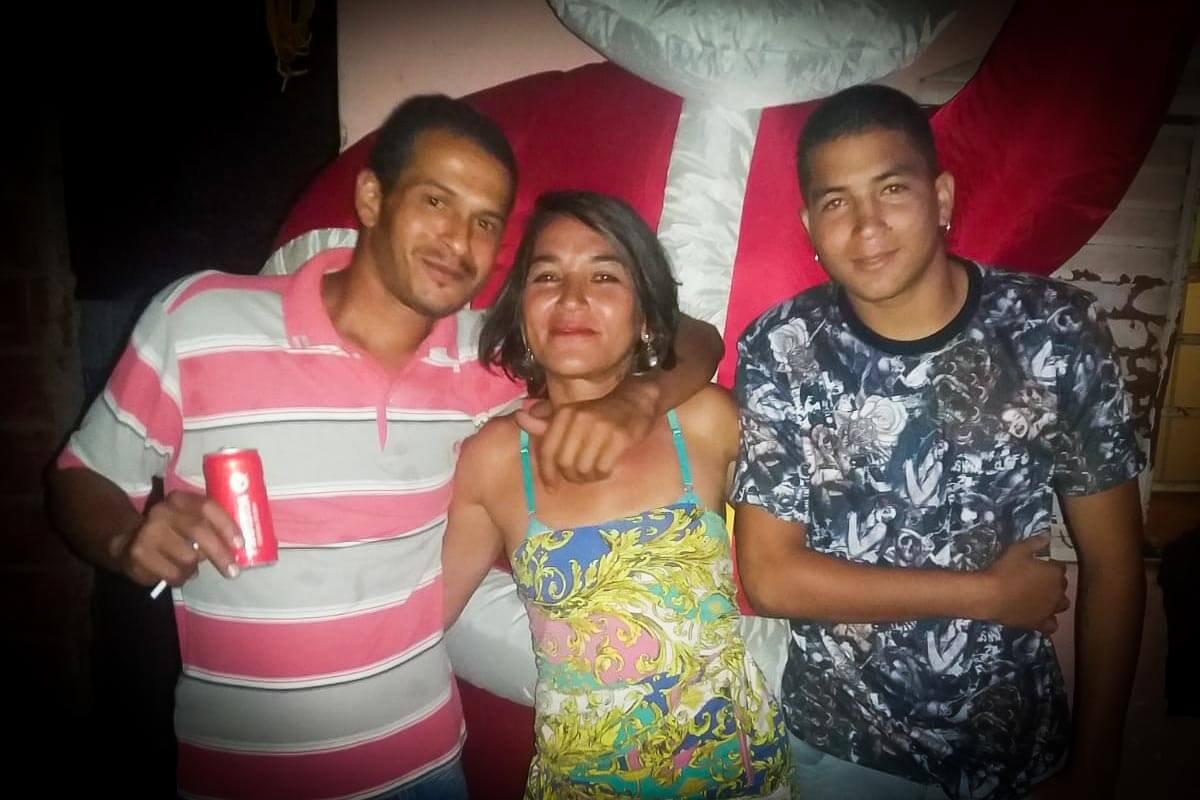 Bruno, o feminicida, de camisa listrada, Gláucia e Marcelo, o filho que matou o assassino da mãe