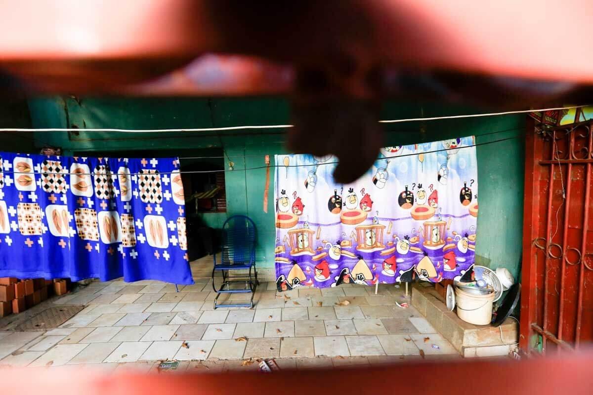 É possível ver a cadeira azul onde a dona de casa costumava sentar na varanda