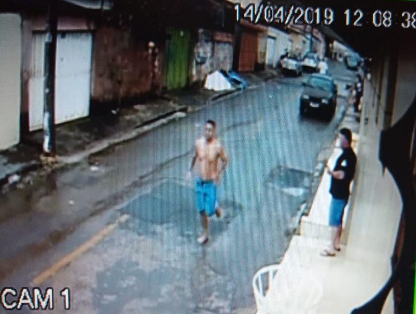 Câmeras de segurança divulgadas pela Polícia Civil mostram o momento em que o suspeito sai correndo pela rua após cometer o crime