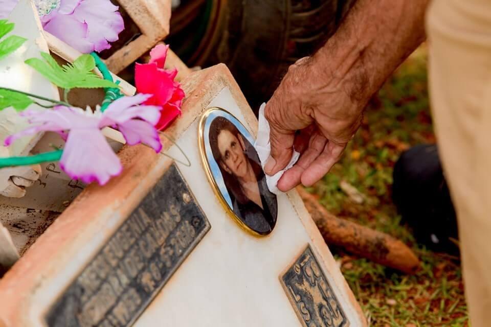 Necivânia foi enterrada ao lado da mãe, Neci, que morreu de câncer anos antes
