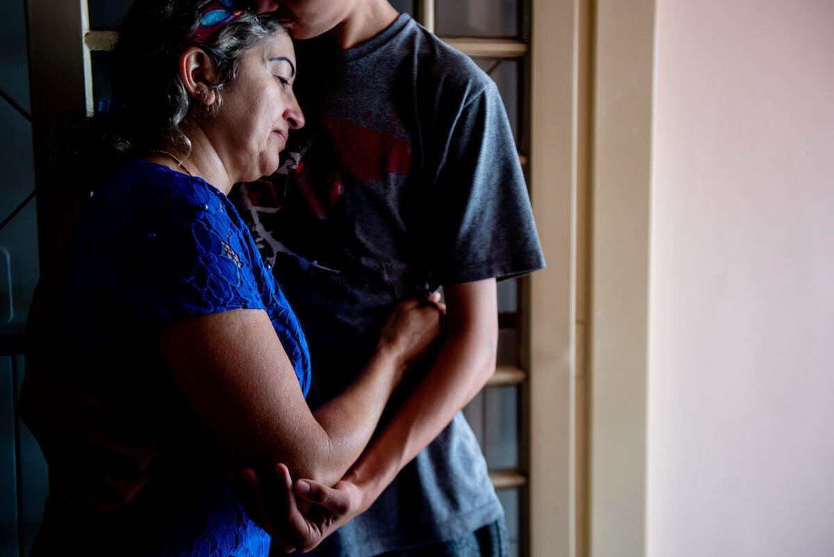 Ela está abrigando o filho mais velho de Noélia durante as férias escolares