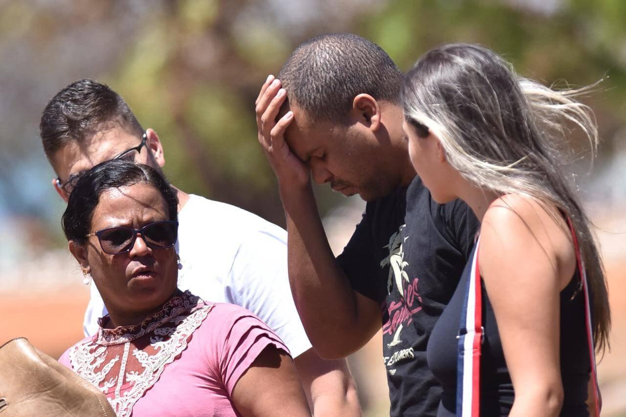 Matheus, único filho de Lina, chorou copiosamente e passou mal durante o enterro