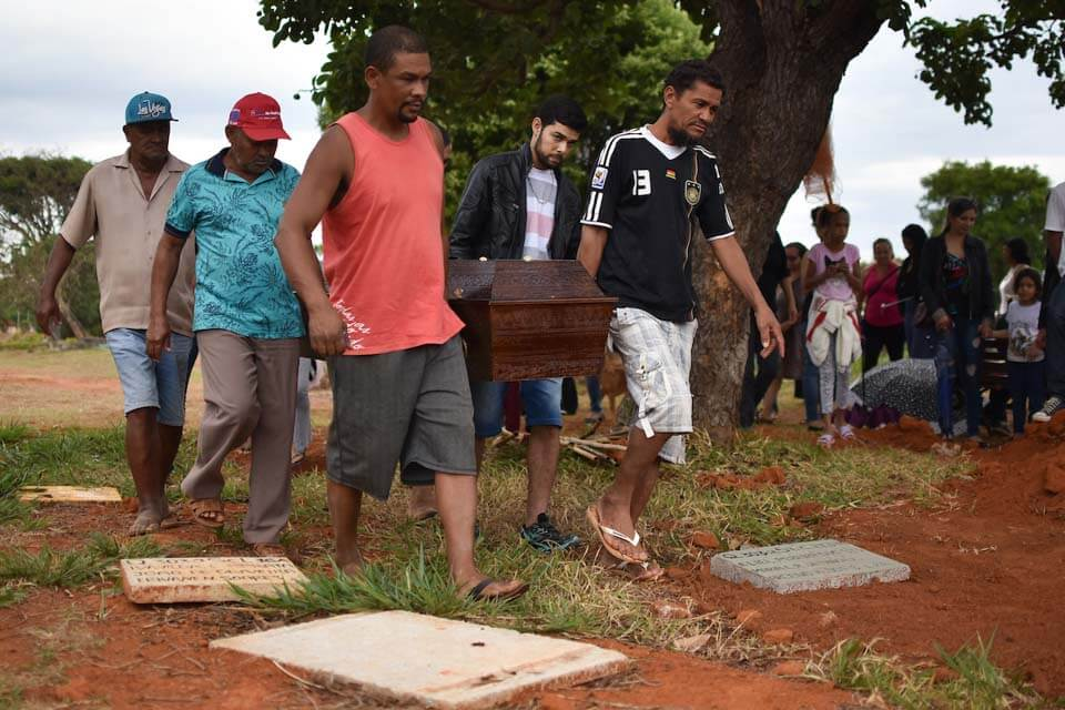 Chegada a hora do enterro, o vira-lata seguiu o cortejo