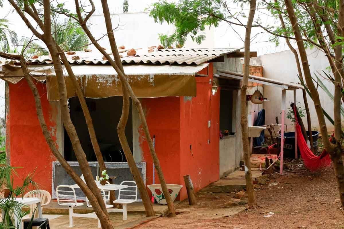 No lote onde morava, em Vicente Pires, a casa de Sandra dividia parede com o salão de beleza onde ela trabalhava