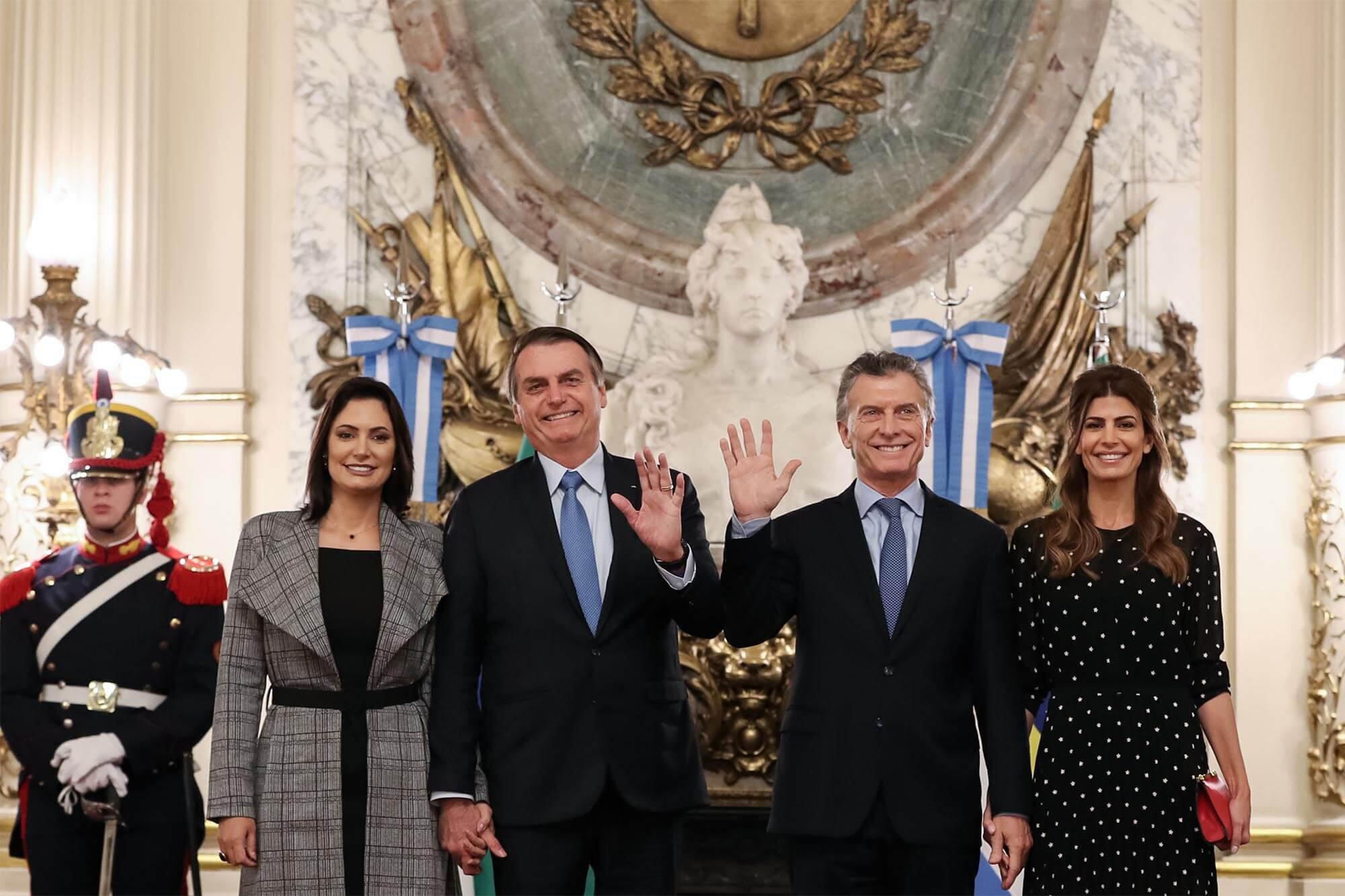 Em sua primeira viagem oficial ao lado de Bolsonaro, a primeira-dama do Brasil foi recebida na Argentina pelo presidente Mauricio Macri e sua mulher, Juliana Awada