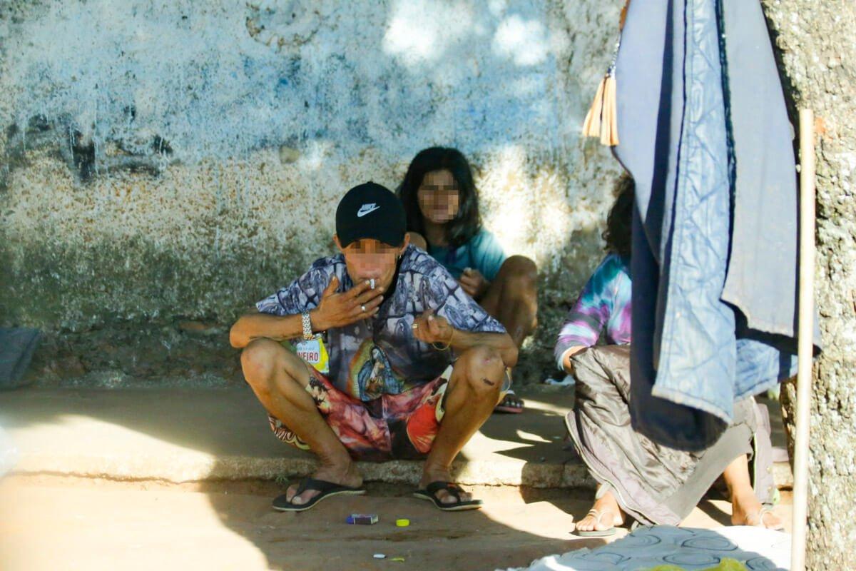Nas ruas ao redor da casa de Maria das Graças, o uso de drogas assusta os moradores