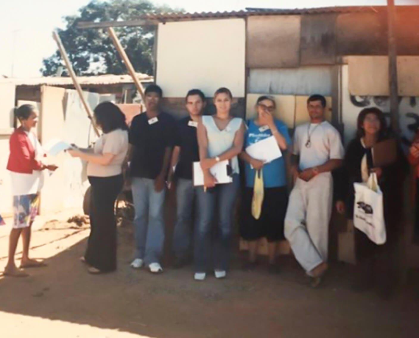 A primeira-dama aos 21 anos participando de ação social com colegas na invasão da Vila dos Carroceiros, em Brasília