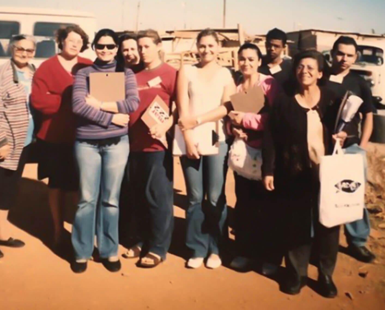 A primeira-dama, aos 21 anos, participando de ação social com colegas na invasão Vila dos Carroceiros, em Brasília