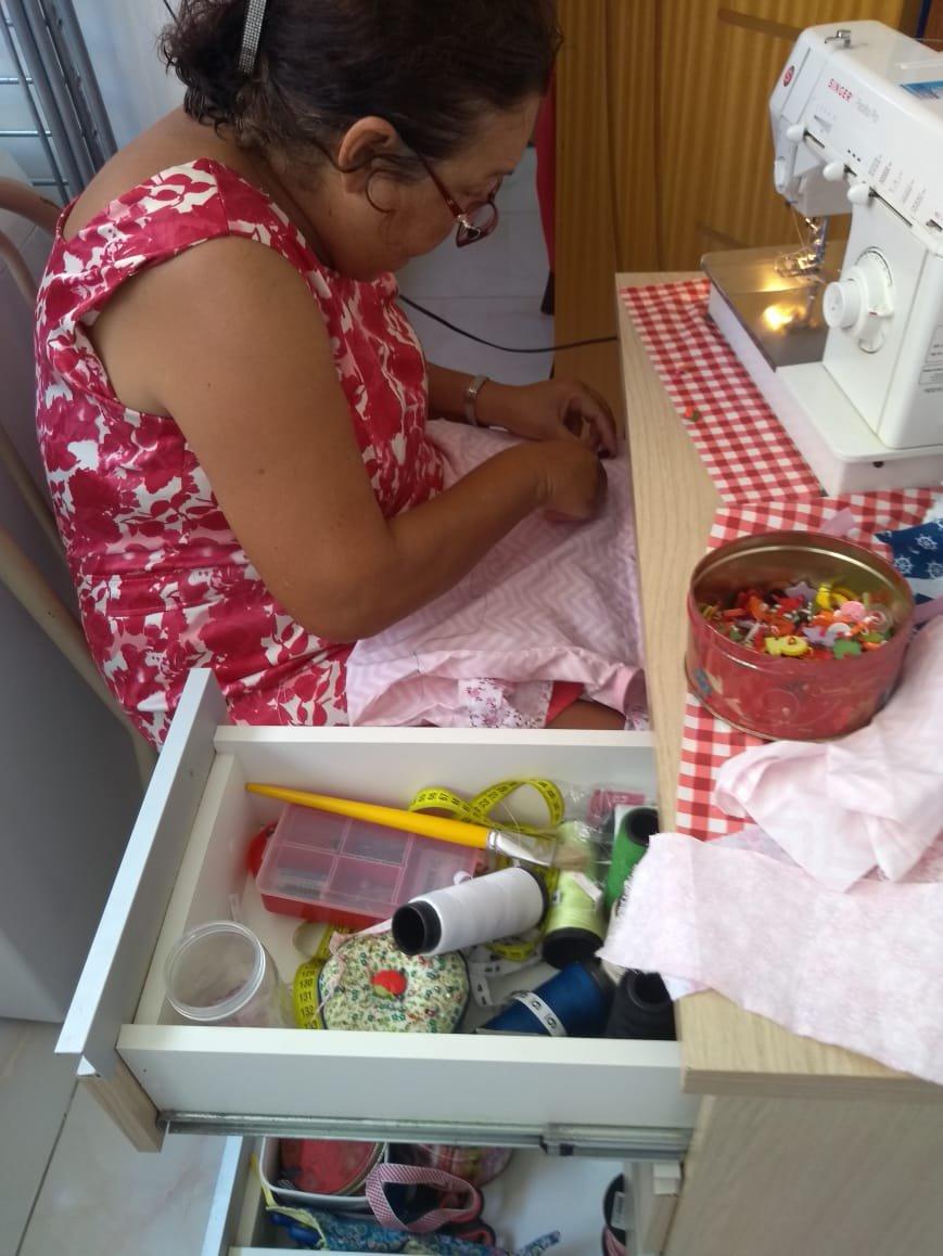 Elisa Aguiar aproveita o excesso de tempo para estudar e fazer roupas para caridade
