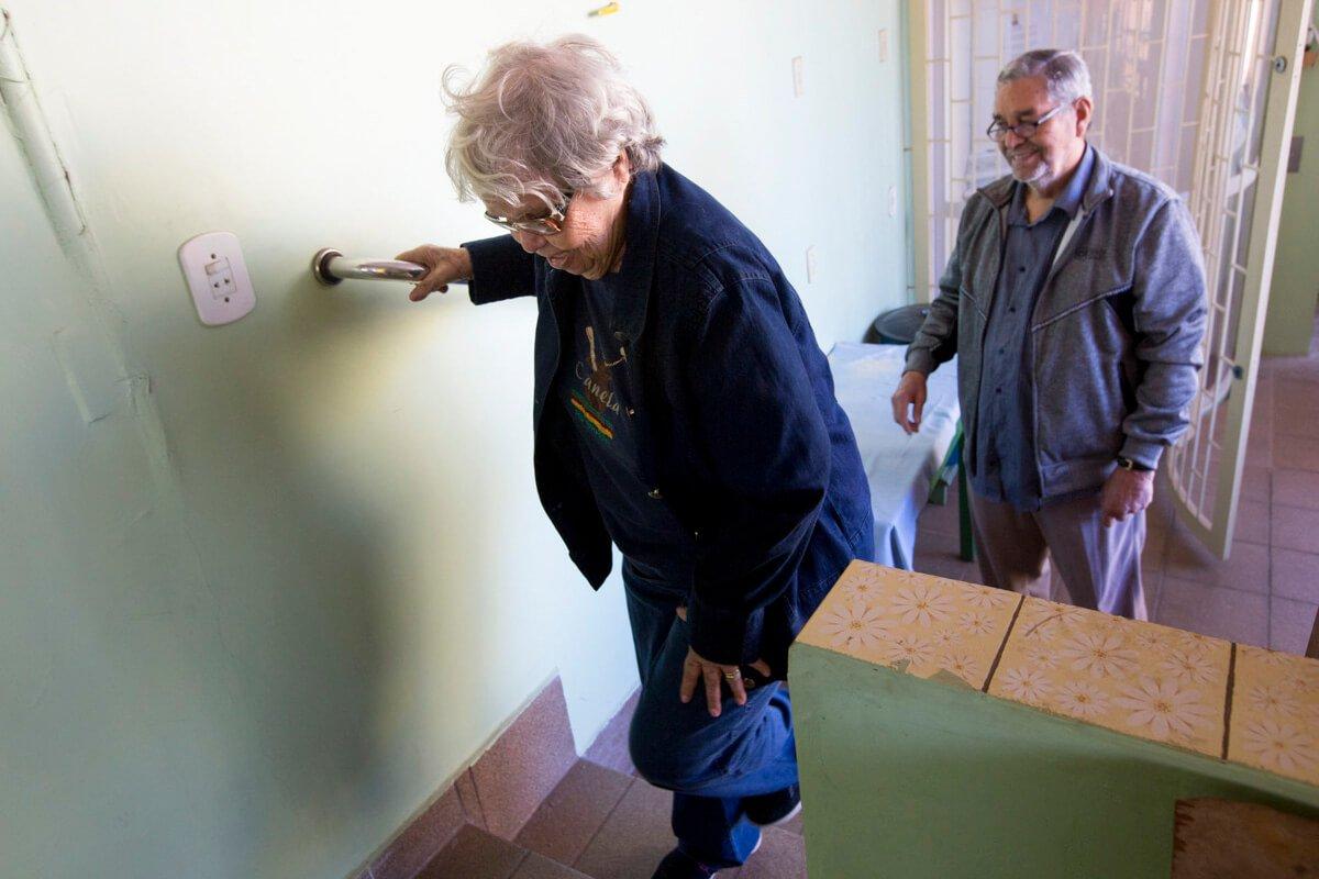 Ari precisou adaptar a residência do casal: instalou barras de apoio nos banheiros e nos corrimãos das escadas