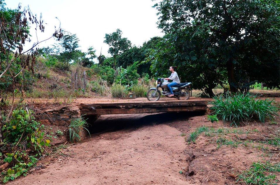 Motociclista passa por ponte sobre riacho seco. Foto: Gilberto Alves/Especial para o Metrópoles