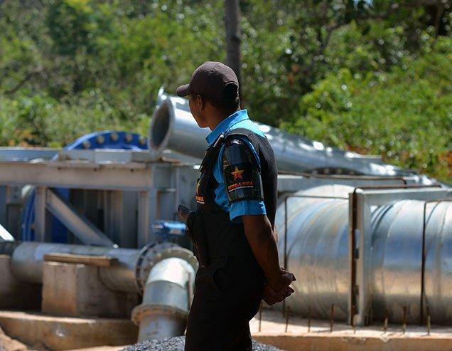 Empregado da empresa Estrela Guia faz segurança armada na Fazenda Rio Claro. Foto: Gilberto Alves/Especial para o Metrópoles