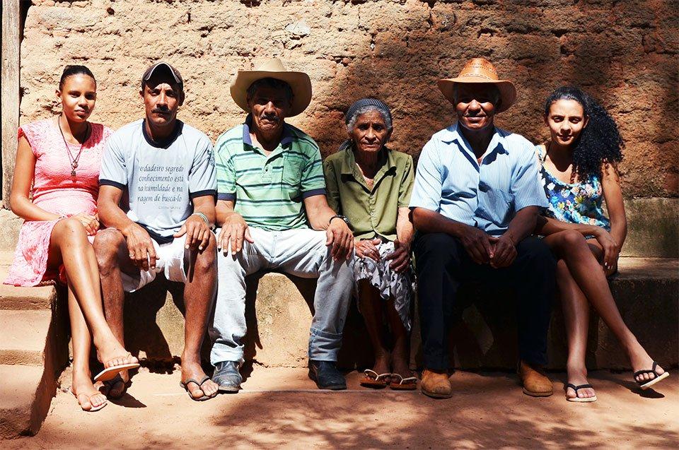 A família de Juscelino Brito (segundo da dir. para a esq.) no fundo da casa em Brejo Verde. Foto: Gilberto Alves/Especial para o Metrópoles