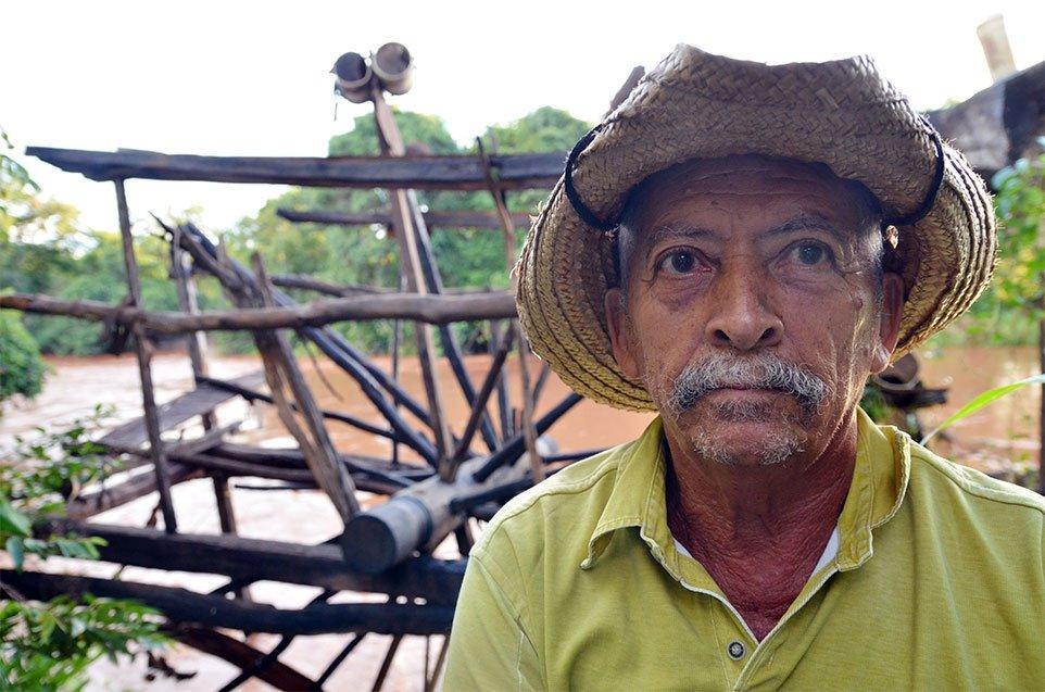 Balbino e a roda d'água de quase dois séculos: com o rio baixo, equipamento não funciona mais. Foto: Gilberto Alves/Especial para o Metrópoles
