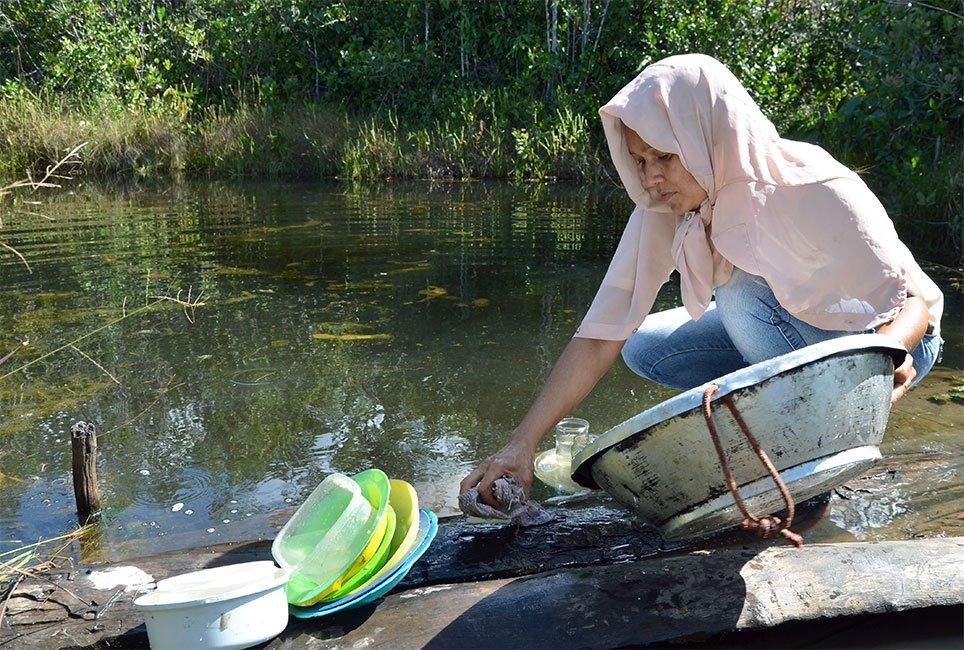 Aline Barbosa lava vasilhas na vereda: presença de mulheres é rara nos fechos de pasto. Foto: Gilberto Alves/Especial para o Metrópoles