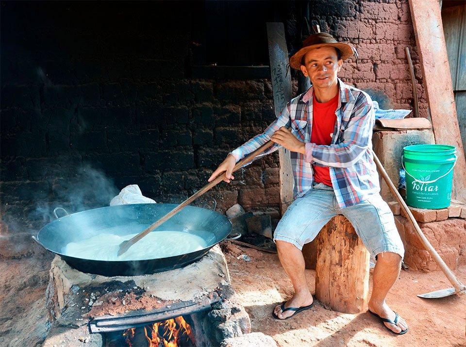 Jamilton Magalhães e o tacho de doce: modo de vida que deu certo. Foto: Gilberto Alves/Especial para o Metrópoles