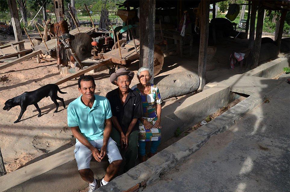 Dalvina, Seu Deca e o filho Joaquim sentados no rego sem água nos fundos da casa. Foto: Gilberto Alves/Especial para o Metrópoles