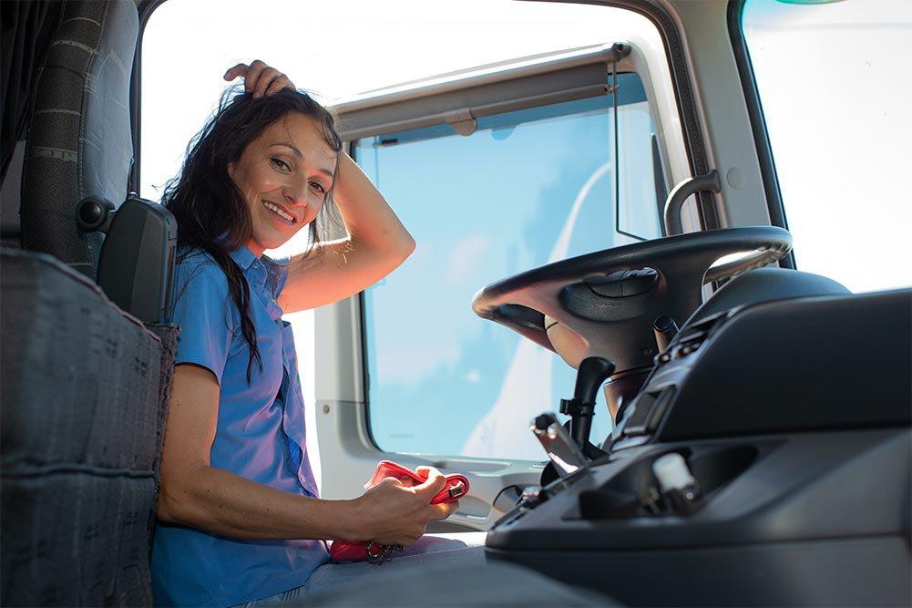 Caminhão está sempre limpo e com manutenção em dia. Veículo é a casa do motorista