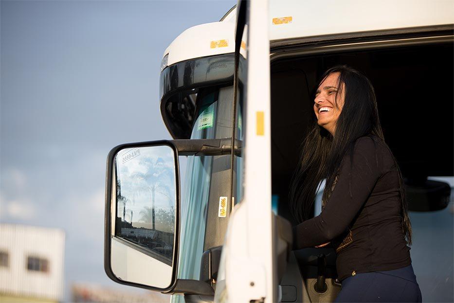 Com 1,58m de altura e cabelos compridos, a caminhoneira chama a atenção ao desembarcar da cabine de sua Scania, que mede 3,61 metros